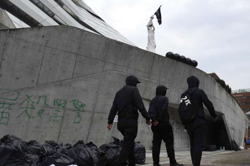 香港理工大學的民主女神像與「反送中」抗爭者。(美聯社)
