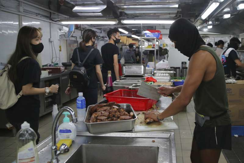 在香港理工大學餐廳負責為抗爭者料理餐點的廚師。(美聯社)