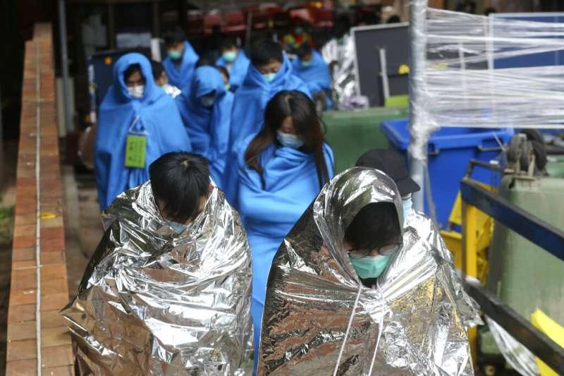 由於被水砲車擊中,許多香港理工大學裡的抗爭者都出現低溫現象。(美聯社)