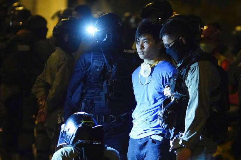 遭到香港警方逮捕的「反送中」抗爭者。非本人。(美聯社)