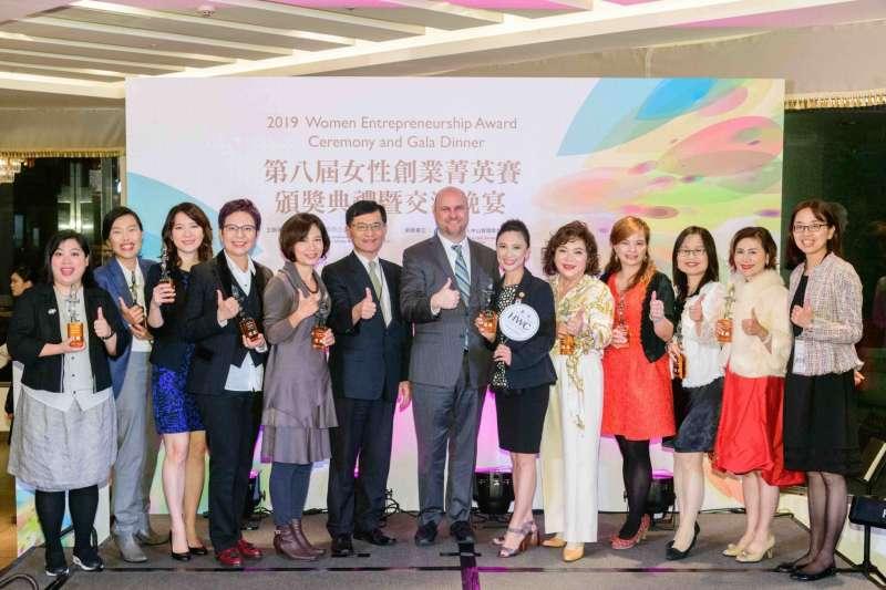 第八屆女性創業菁英賽頒獎典禮,歷經5個月的選拔,從全國105位選出10位優勝創業女性。(圖/經濟部提供)