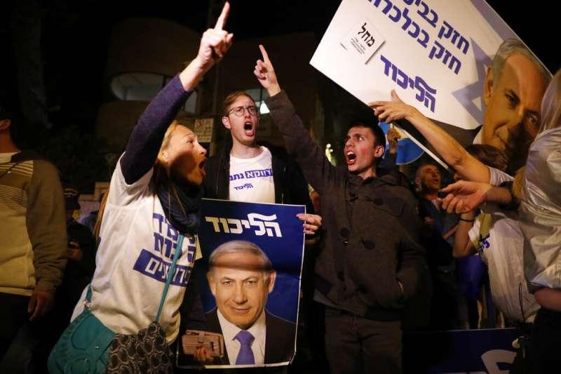 11月21日,以色列總理納坦雅胡,遭到正式起訴,罪名包括收賄、詐欺與背信。納坦雅胡的支持者聚集在總理官邸外聲援。(AP)