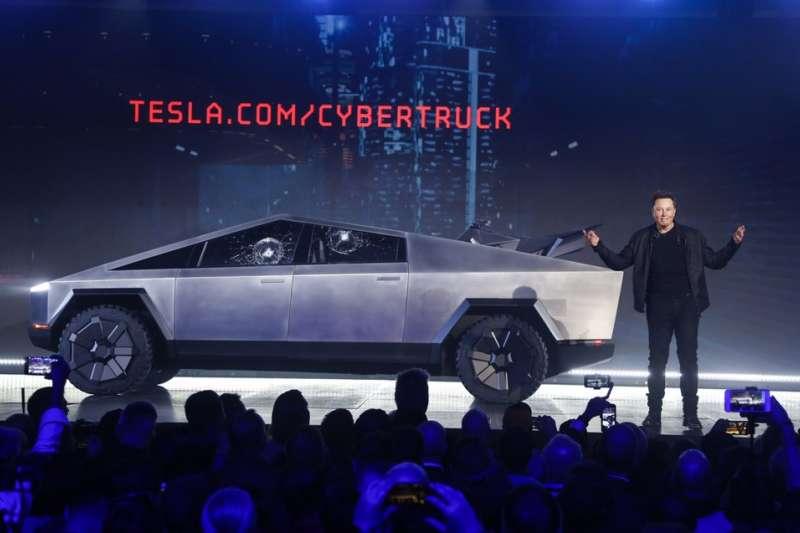 電動車大廠特斯拉,日前由執行長馬斯克發表最新貨卡車款,卻在測試途中出了點差錯。(AP)