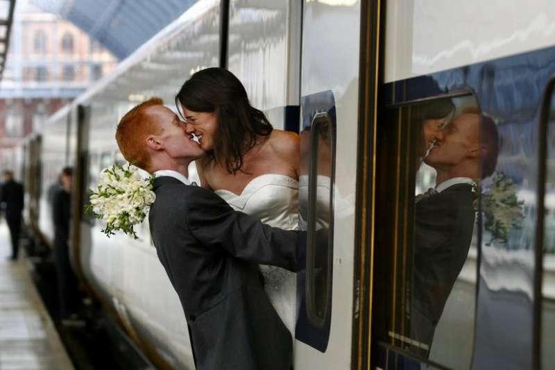 一對新婚夫婦在搭「歐洲之星」去布魯塞爾辦婚禮前不忘秀甜蜜(BBC)