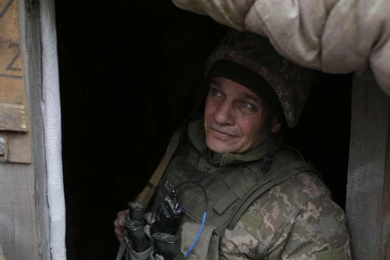 烏克蘭東部頓巴斯(Donbas)地區,政府軍與親俄羅斯叛軍、俄羅斯正規軍自2014年夏天鏖戰至今,傷亡慘重。(AP)