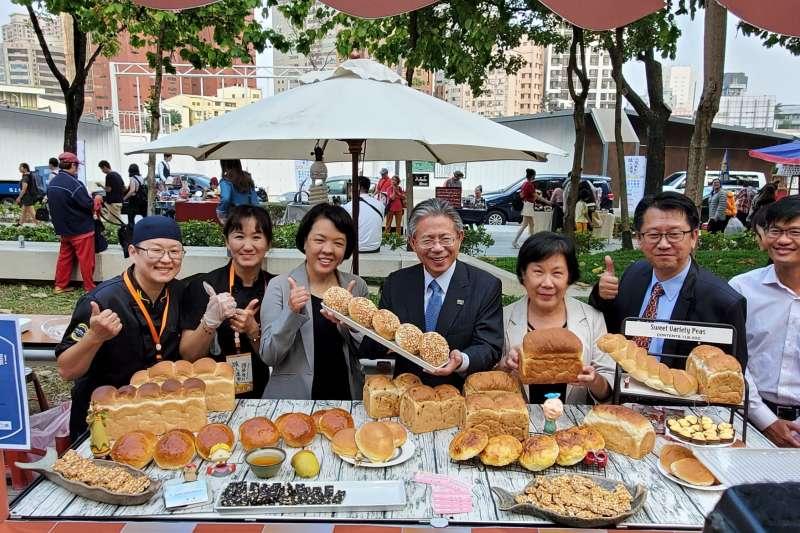 勞動部林三貴常務次長,於「美食吃喝趣區」一同展現產業人才投資方案的學員學習成果(中)。(圖/勞動部中分署)