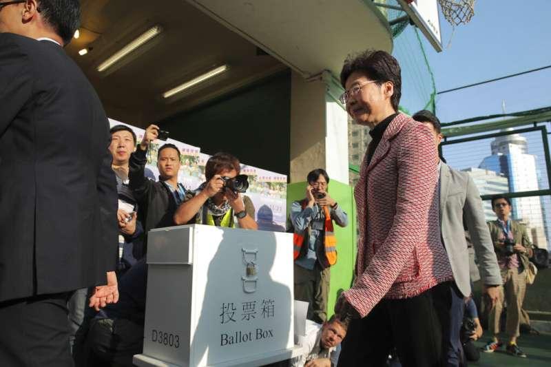 走進投票所的香港特首林鄭月娥。(美聯社)