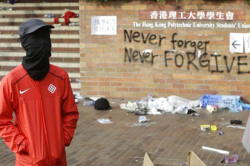 香港理工大學目前仍有少數抗爭學生堅守不撤。(美聯社)