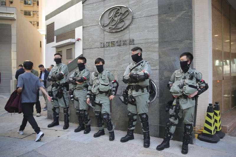 香港區議會投票所外的蒙面香港警察。(美聯社)