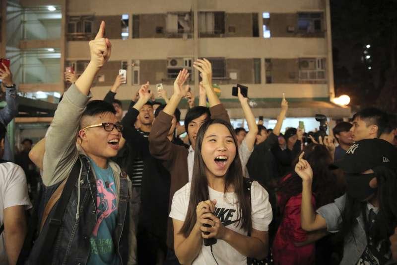 2019年11月24日,香港區議會選舉,親北京的建制派慘敗,支持香港民主運動的泛民派大獲全勝(AP)
