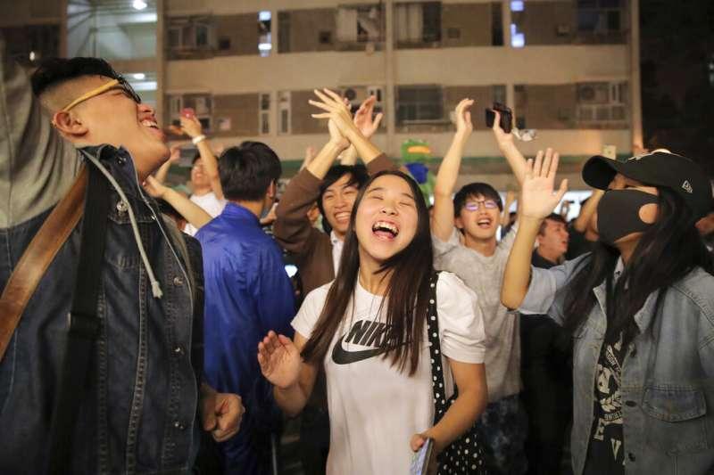 香港區議會開票泛民主派大勝,支持群眾歡欣鼓舞。(美聯社)