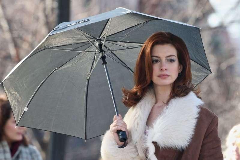 安海瑟薇在影集《摩登情愛》中飾演深受躁鬱症所苦的女律師萊希(圖/IMDb)