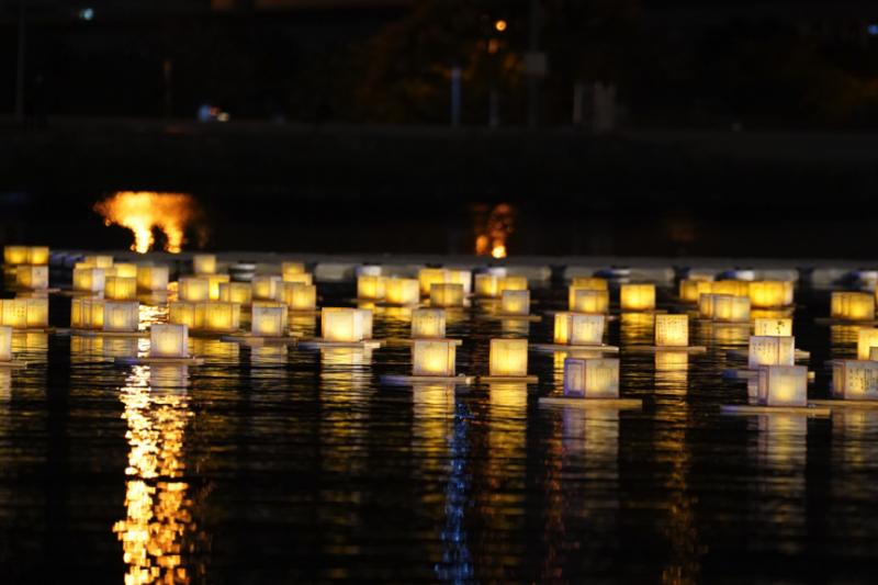 點點燈火倒映在水面上,金黃照亮了淡水河的夜。(圖/風傳媒攝)