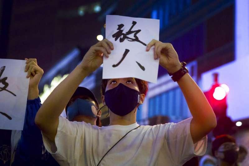 筆者認為,以文化而言,香港與台灣真正的母親都是中國,但是兩個孩子同「命」不同「運」,以香港這般進步的法治社會,早該實行民主選舉,卻「身不由己」;台灣則是沒有實行民主選舉的基本條件而貿然實行,使政客易於蠱惑群眾。圖為香港抗爭民眾赴理工大學要求港警「放人」。(資料照,美聯社)