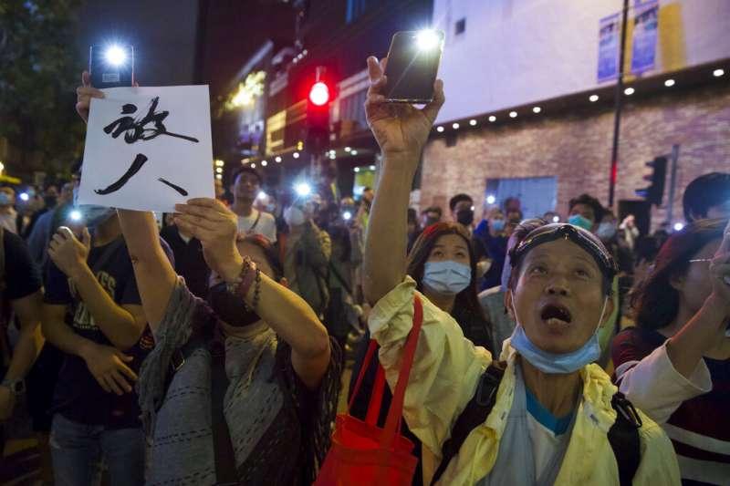 大批香港民眾25日晚上趕赴理工大學,要求香港警察立刻「放人」,讓堅守校園的數十名抗爭者安全撤出。(美聯社)