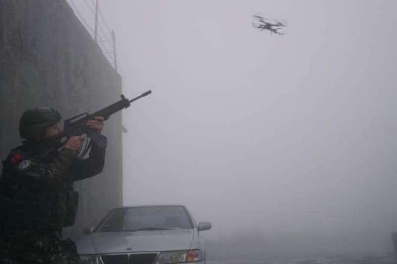 因應日前共軍自製航空母艦通過台海,國防部即啟動全島聯合防空演習「聯翔操演」,官兵以步槍瞄準遙控無人機的畫面罕見曝光。 (取自空軍司令部官方臉書)