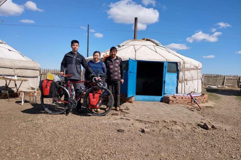 蒙古人民排斥中國,卻對台灣人十分友善。圖為曹耀文與蒙古包和居民合照。(曹耀文提供)