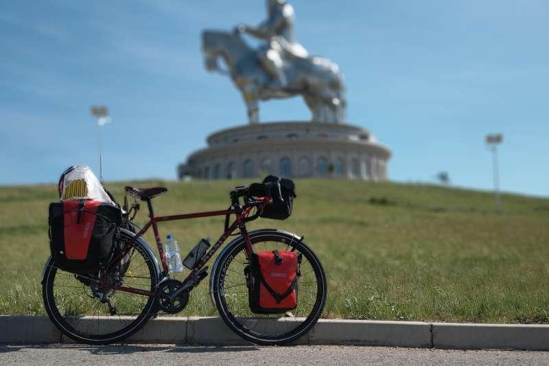 台灣單車騎士曹耀文完成4800多公里的「單人單騎橫貫蒙古」挑戰,為亞洲第一人。(曹耀文提供)