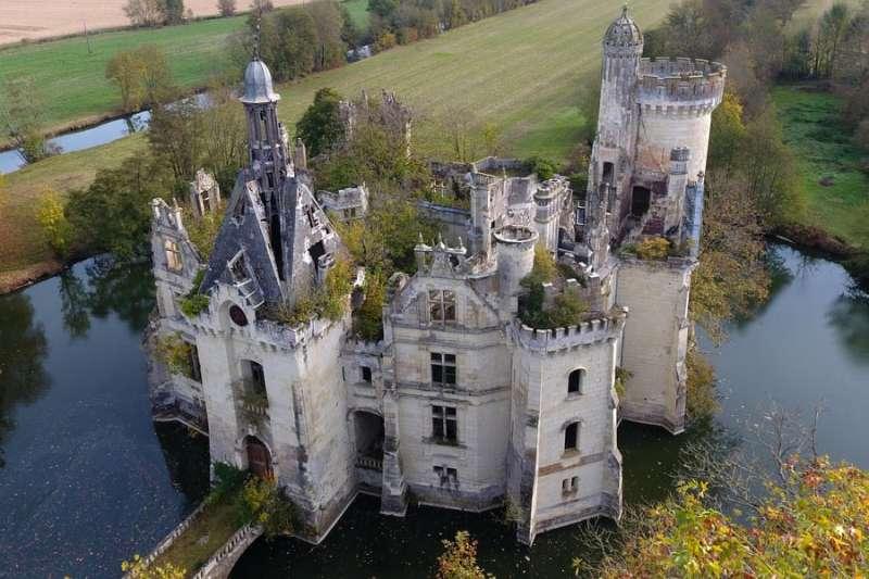 法國鄉鎮許多古蹟城堡修繕費高昂,且地處偏遠,導致城堡遭棄置。(圖取自facebook.com/CMChandeniers)
