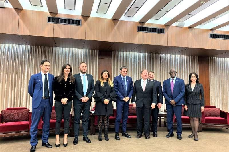 美國聯邦眾議員佛羅瑞斯(右4)、瑞森紹爾(右3)、義大利參議員錢益友(右5)及訪團成員,與外交部發言人歐江安合影(簡恒宇攝)