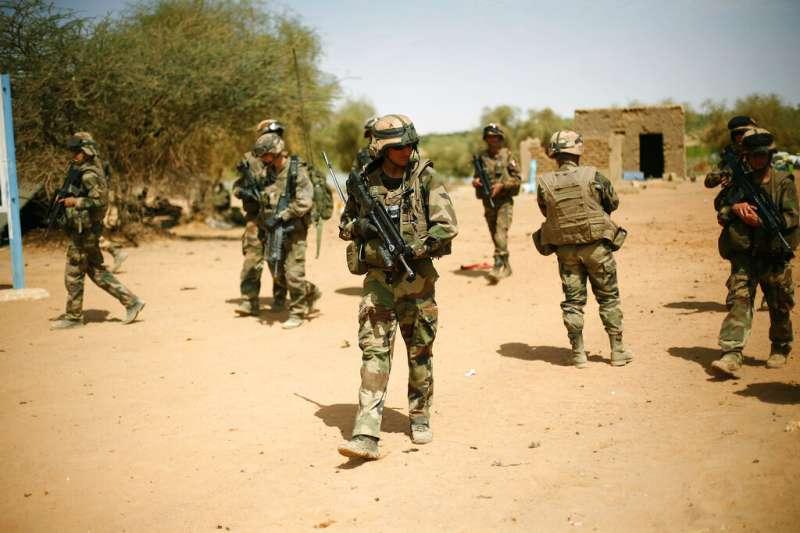 法國愛麗榭宮26日上午證實,兩架法軍直升機25日晚間在西非國家馬利對抗聖戰組織的軍事行動中對撞,造成13名法籍士兵殉職。(AP)