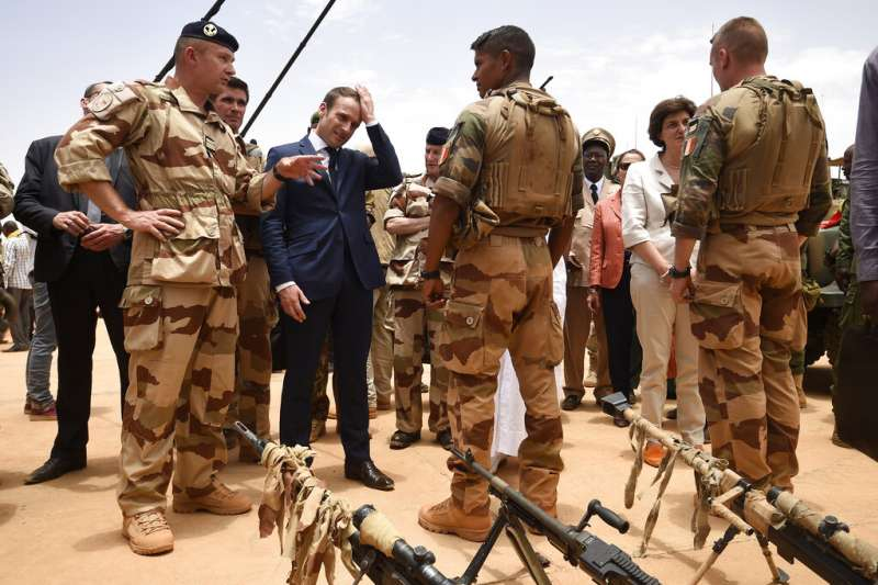 法國反恐。法國總統馬克宏2017年5月17日前往非洲視察法國駐西非部隊(AP)