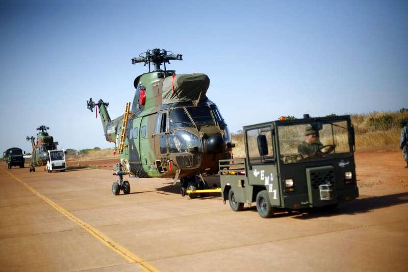 法國反恐,26日上午證實,兩架法軍直升機25日晚間在西非國家馬利對抗聖戰組織的軍事行動中對撞,造成13名法籍士兵殉職。(AP)