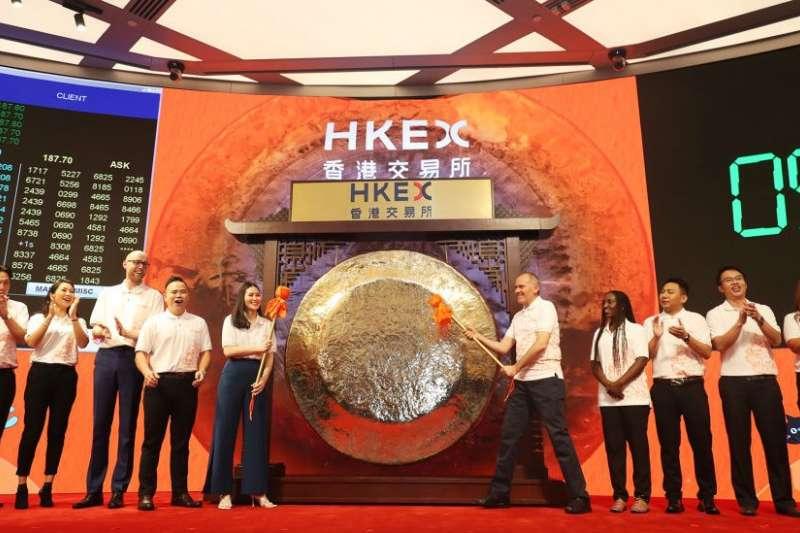 11月26日,阿里巴巴在香港證券交易所上市,十位來自全球各地的阿里巴巴生態伙伴敲響上市銅鑼。