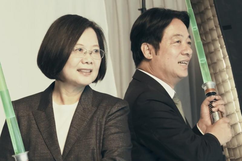 總統蔡英文連任辦公室今3日早上宣布推出《從世界愛上台灣》影片,這也是民進黨正副總統候選人蔡英文(左)和賴清德(右)組成「英德配」後首支競選影片。(取自蔡英文、賴清德定裝側拍花絮影片)