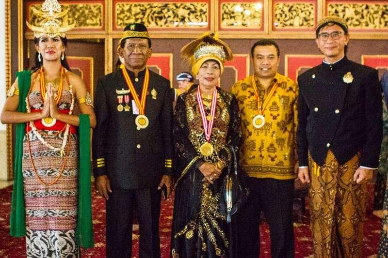 十三行博物館現正展出「印尼文化特展」,展示「萬島之國」印尼的無形文化資產,其中來自印尼梭羅宮廷的服飾與配件十分難得一見,歡迎民眾到館與異國文化親密接觸。  (圖/新北市十三行博物館提供)