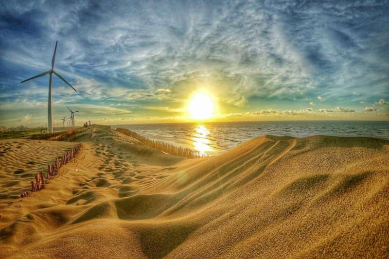 草漯沙丘位於桃園觀音沿海,特殊地形綿延8.1公里,是台灣海岸中保持最寬廣而完整的,有「台版撒哈拉沙漠」的美稱。(圖/Instagram @__17.c)