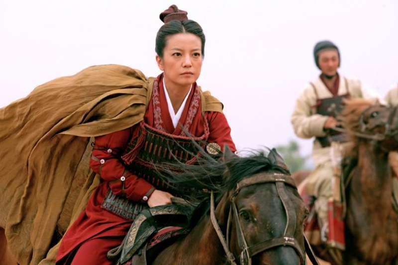 她不當低眉斂首的溫婉女子,才貌雙全的她翻身上馬,成為率眾征戰的英雄。(圖/取自IMDb)