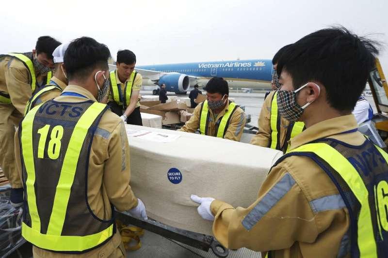 英國貨櫃車慘案時隔1個月,首批越南偷渡客遺體27日運回河內。(AP)