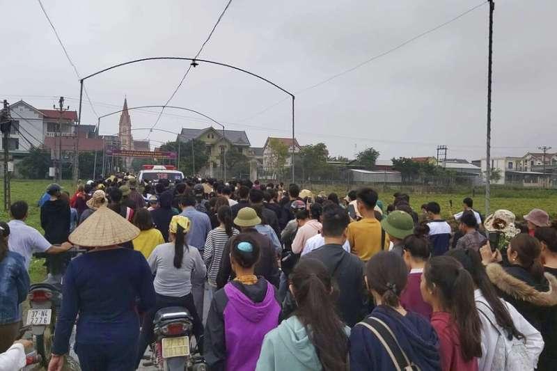 英國貨櫃車慘案時隔1個月,首批越南偷渡客遺體27日運回家鄉,數百村民迎接。(AP)