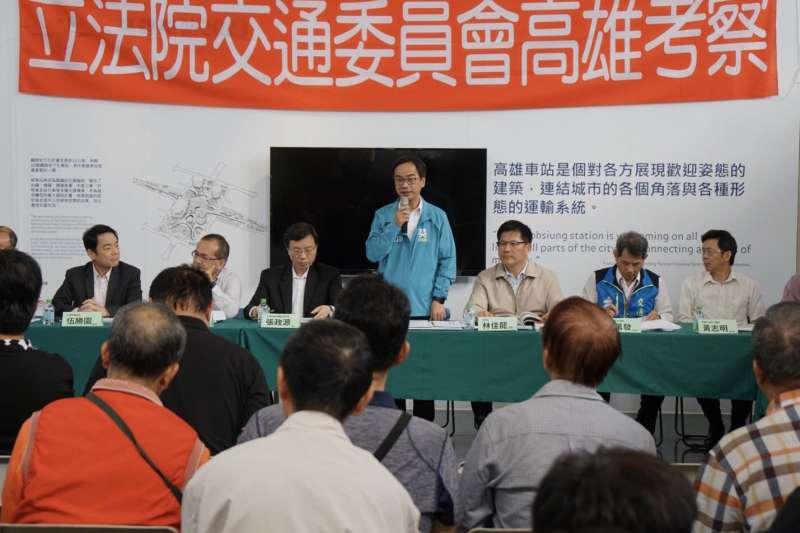 會議中李昆澤(中)除了與鄉親報告,他所爭取前瞻停車場計畫在三民區三大停車場共爭取626格停車位,中央補助3億1412萬。(圖/立法委員李昆澤提供)
