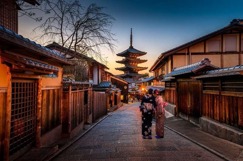 日本現在是一年能達成3千萬外國旅客造訪的觀光大國,但龐大的觀光人潮除了帶來買氣,也造成噪音、垃圾、交通混雜、廁所髒亂、對當地文化的不尊重與侵害,勾起了在地居民的怨氣。(圖/unsplash)