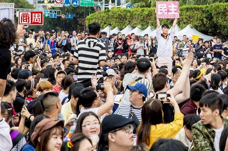 我們無法對這群首投族貼上單一標籤,但他們已經替台灣畫出一個方向:世代之間對於同婚、年金、勞動與休假等各種價值、資源的重新定義與分配。(攝影者.郭涵羚)