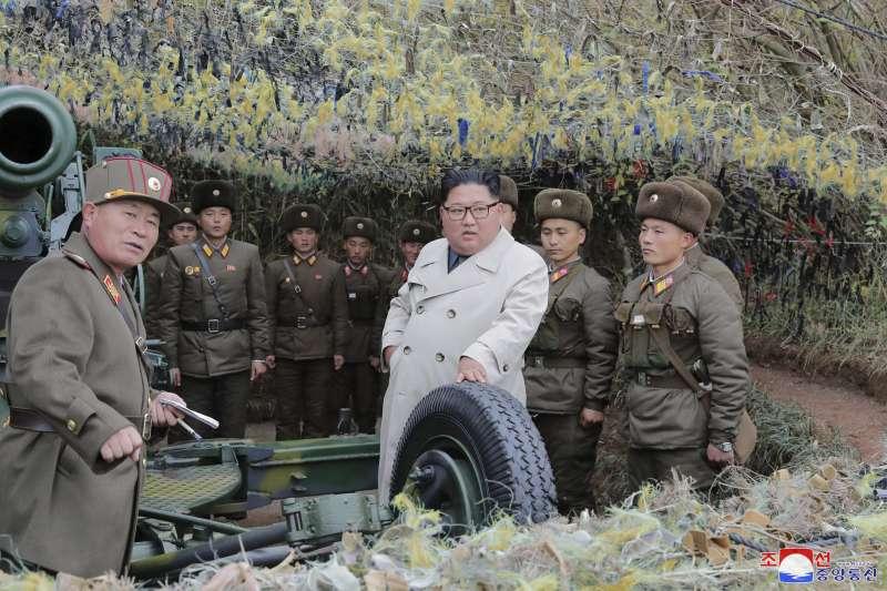 北韓最高領導人金正恩視察軍事基地(AP)