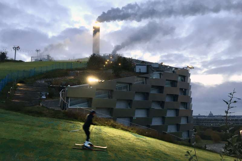 丹麥首都哥本哈根垃圾發電廠「CopenHill」一年能將45萬噸廢棄物轉換成能源,足以供電3萬戶家庭與供熱7萬2000戶。(Kallerna@Wikipedia CC BY 4.0)