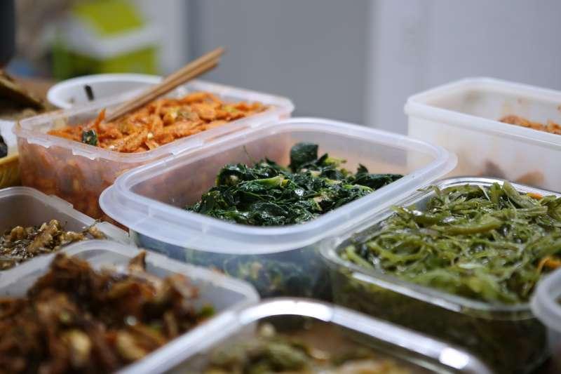 用錯誤的方法處理隔夜菜,恐導致食物中毒。(圖/Unsplash)