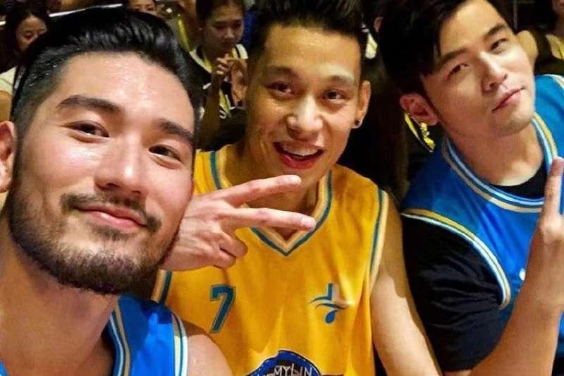 台裔籃球員林書豪(中)面對好友高以翔(左)猝逝,28日在中國男子籃球職業聯賽上穿特製球鞋,並在社群網站Instagram發合照悼念。(圖取自林書豪IG)