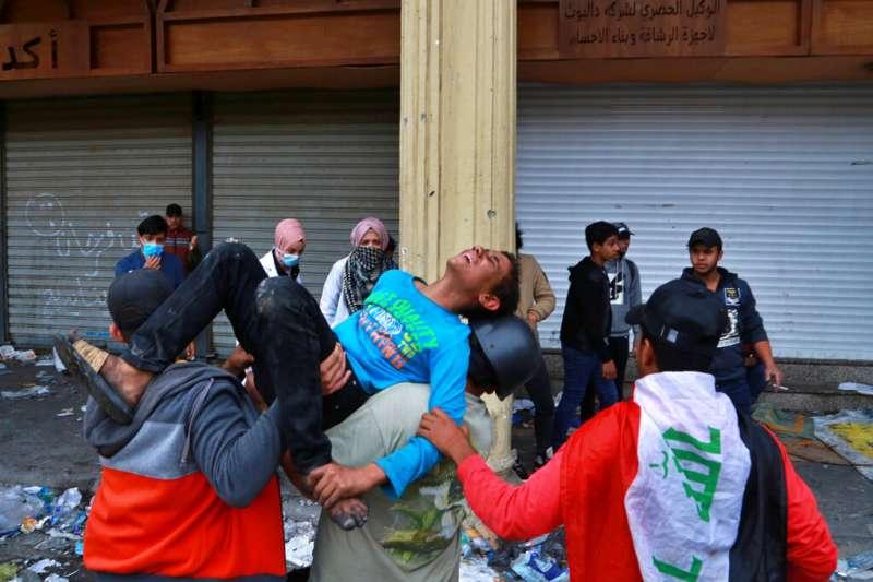 28日,伊拉克示威者遭當局開槍鎮壓。(AP)