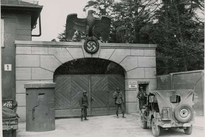 1945年,達豪集中營正門入口處(圖/Wikipedia)