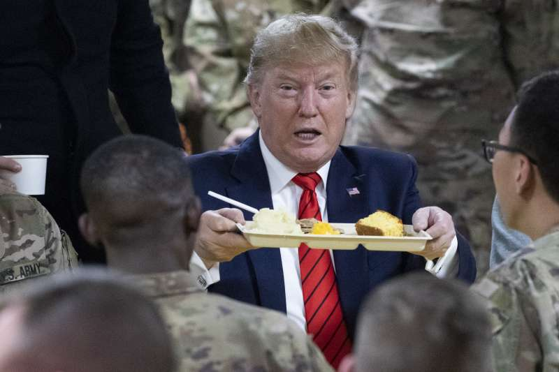 美國總統川普28日忽然突然造訪阿富汗,與美軍共度感恩節,一起享用感恩節晚餐(美聯社)