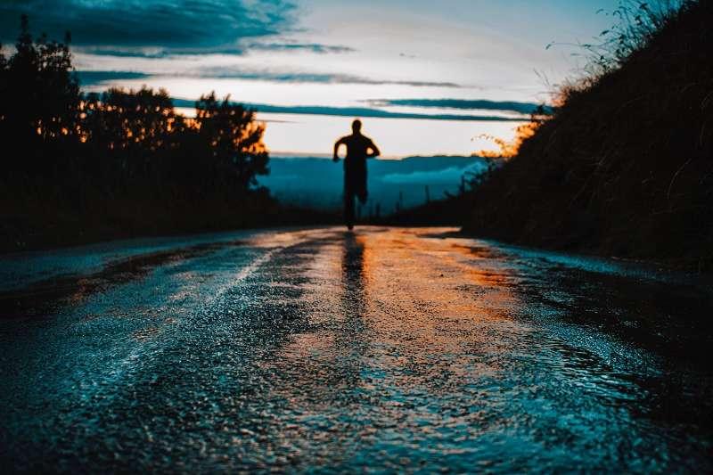 在人生的道路上,不要一直被追著往前跑,請懂得早點跟別人說「我不行了。」(圖/unsplash)