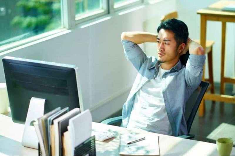 多數成人都曉得久坐的危害,不過在工作及生活上常較難平衡,使活動量有越來越少的趨勢。(圖/Hello醫師)