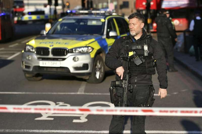 2019年11月29日下午,英國首都倫敦「倫敦橋」附近槍聲大作,警方全面戒備(AP)
