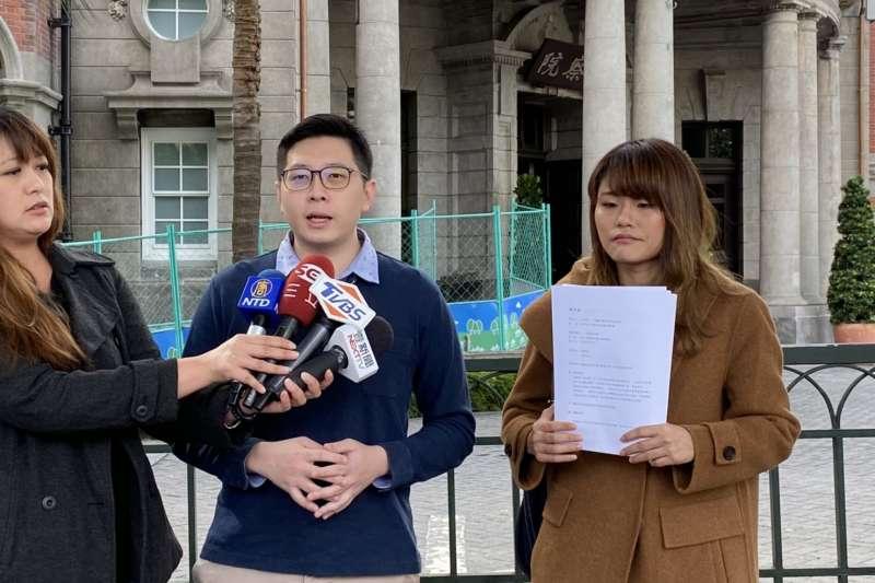 綠黨29日時由桃園市議員王浩宇(中)、律師李菁琪赴監察院告發國民黨總統候選人韓國瑜違反《政治獻金法》。(綠黨提供)