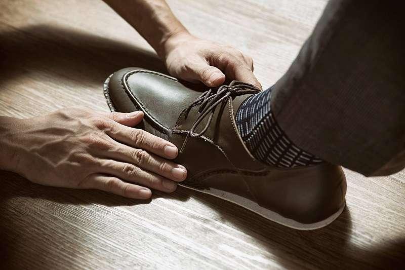在你第一次走進手工訂製皮鞋店之前,你必須先了解手工訂製皮鞋的四種服務。(圖/Stitching Sole官方臉書粉絲頁)
