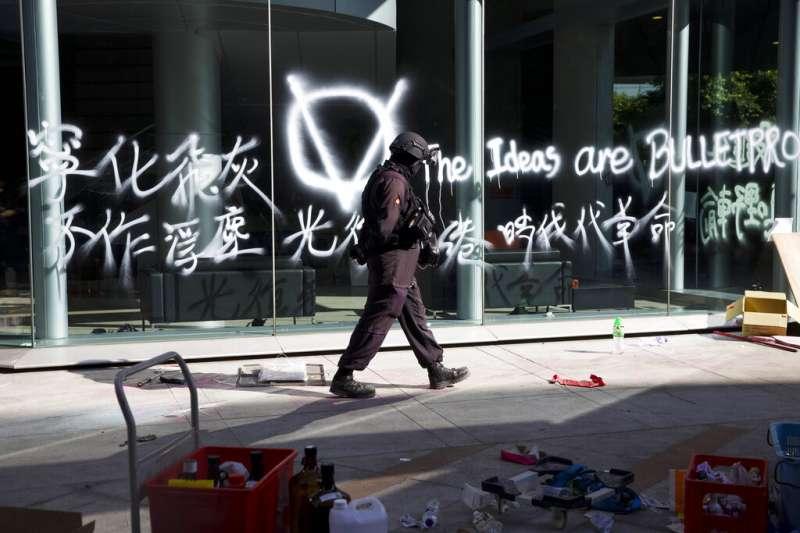 香港警察28日進入理工大學校園清場。(美聯社)